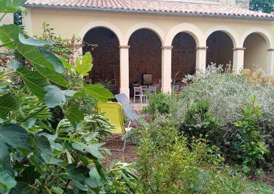 Le préau et son jardin méditerranéen